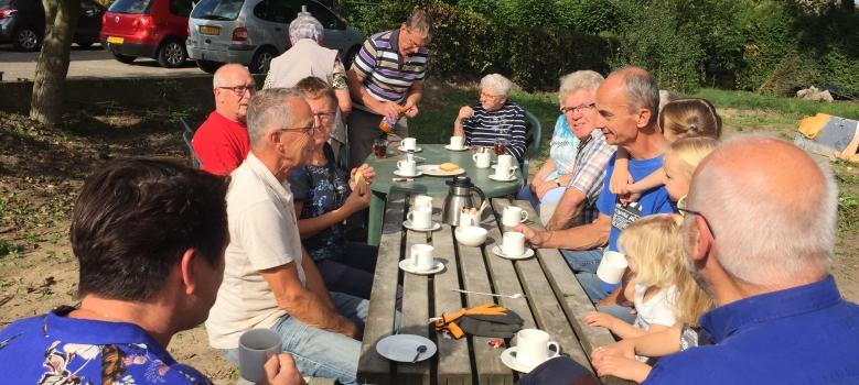 Vlaai, cake, koffie en thee en heel veel zon